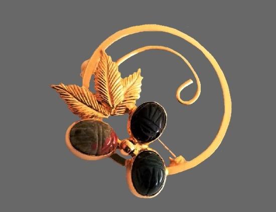Wreath brooch. Gold tone, Jasper, black onyx, hand carved. 1960s