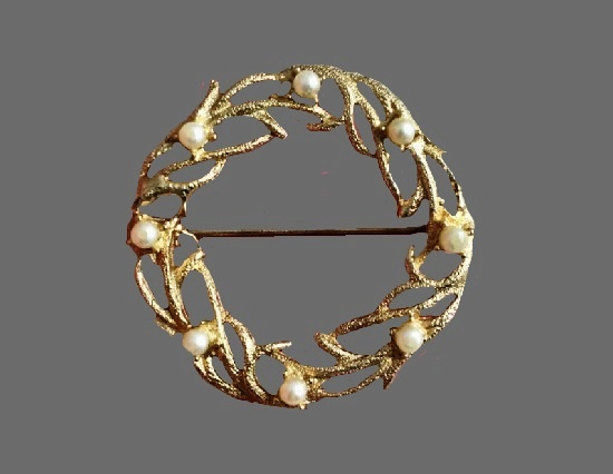 1960s wreath brooch of gold tone with faux pearls