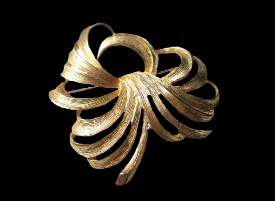 1970s feather swirl brooch of gold tone