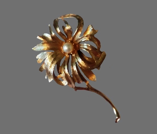 Chrysanthemum gold tone floral brooch with faux pearl