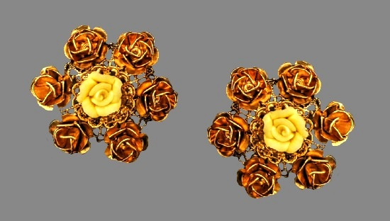 Cream color rose flower earrings. Gold tone textured metal, plastic