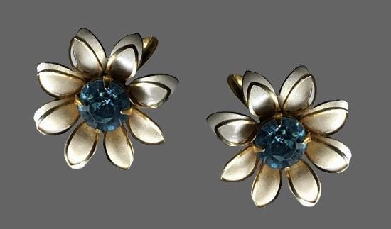 Daisy flower screw back earrings. Gold tone, rhinestone, enamel