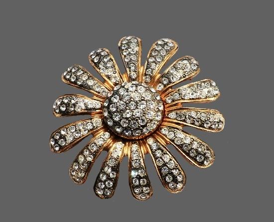 Daisy flower vintage brooch. Gold tone jewelry alloy, rhinestones