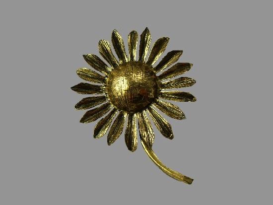 Daisy gold tone brooch