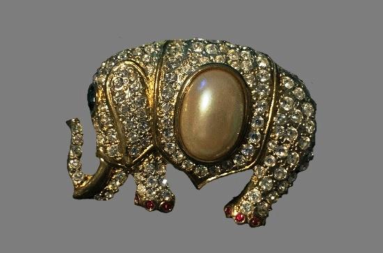 Elephant vintage brooch. Gold plated, faux pearl, rhinestones