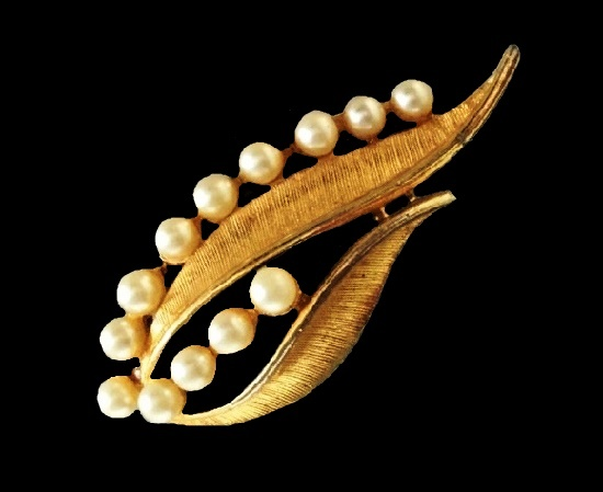 Faux pearl floral design brooch of gold tone