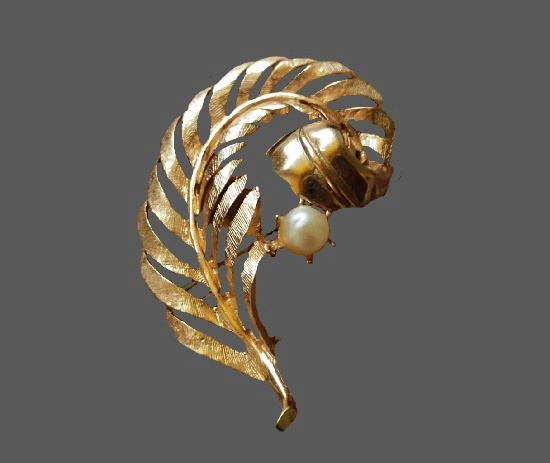 Feather brooch. Gold tone alloy, faux pearl. 4.7 cm. 1960s