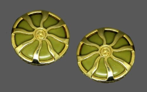 Green glass gold-tone modernist design earrings. 3 cm. 1980s