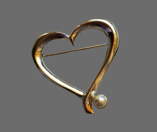 Heart brooch. Gold tone, faux pearl. 4.2 cm. 1980s