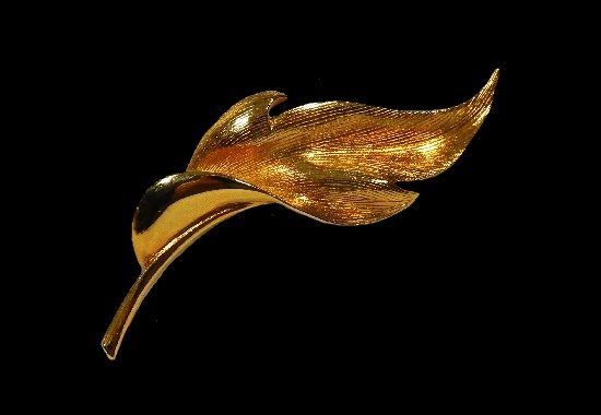 Leaf brooch of gold tone