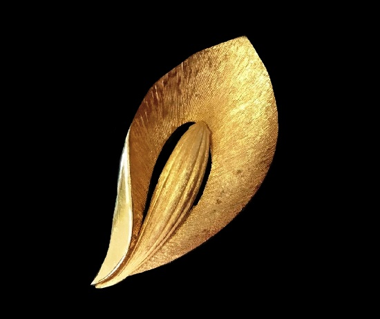 Lily flower brooch of gold tone. PIM