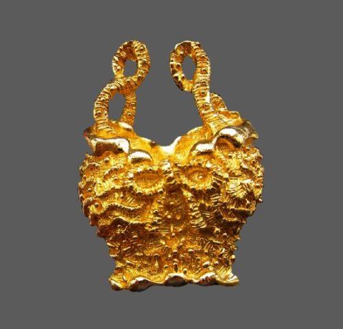 Gold tone textured metal top brooch. 6 cm. 1990s