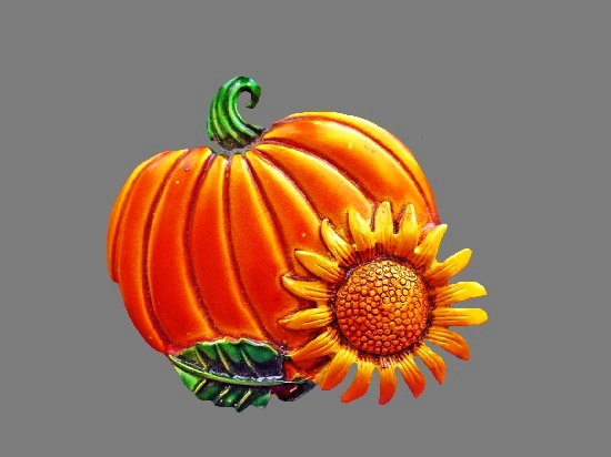 Pumpkin with sunflower vintage Thanksgiving brooch. Metal alloy, enamel