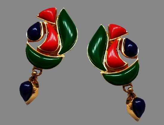 Red and blue dangling clips. Gold tone metal alloy, plastic. 5.5 cm