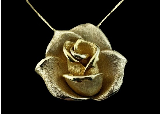 Rose pendant of gold tone