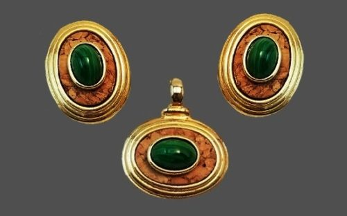 Set of earrings and brooch. Art Glass, gold tone metal