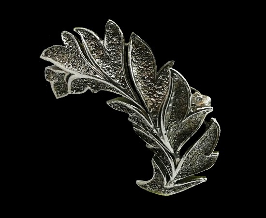 1950s Leaf brooch of silver tone. 5.5 cm