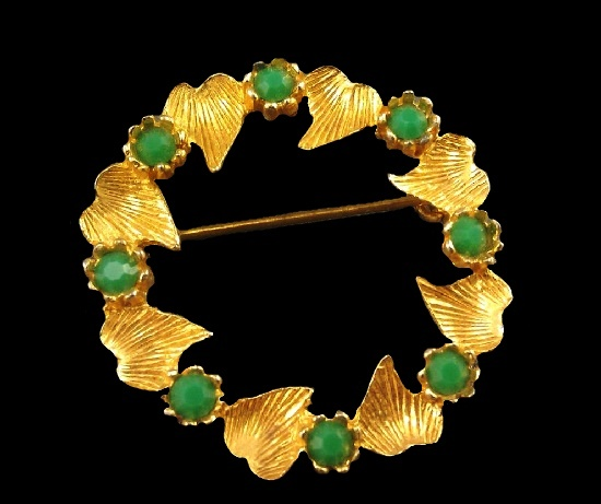Autumn leaf wreath brooch. Faux jade, gold tone textured metal alloy. 3.2 cm. 1960s