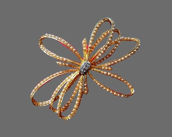 Bow flower vintage brooch. Gold plated metal alloy, faux pearls, Swarovski crystals. 10 cm. 1980s