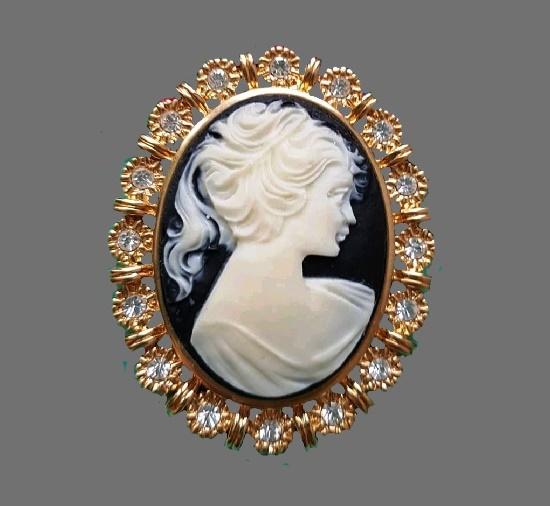 Cameo vintage brooch. Gold plated metal alloy, plastic, Swarovski crystals. 1980s