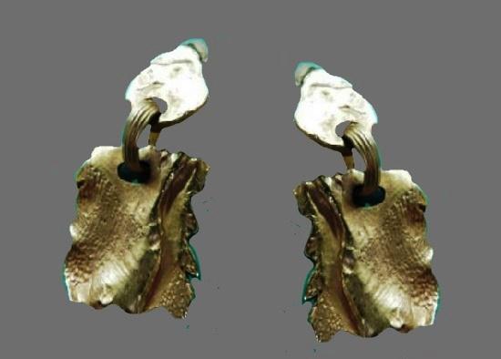 Dangle pebble shaped clip on earrings. Metal alloy, 1980s