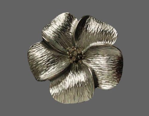 Dogwood flower vintage brooch of silver tone. 5 cm. 1980s