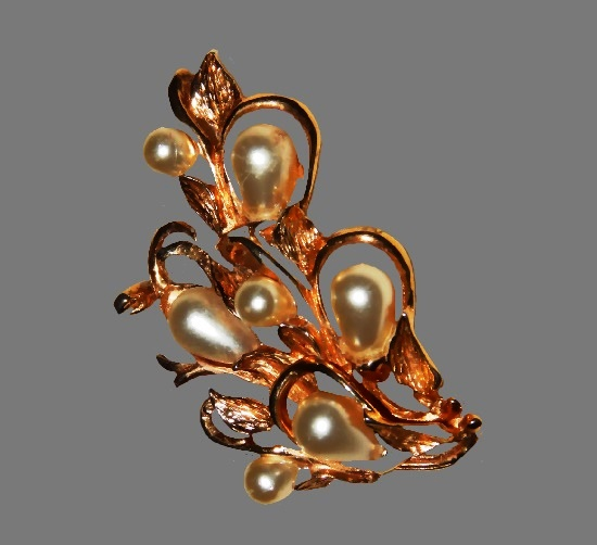 Faux pearl gold tone brooch. 6 cm. 1960s