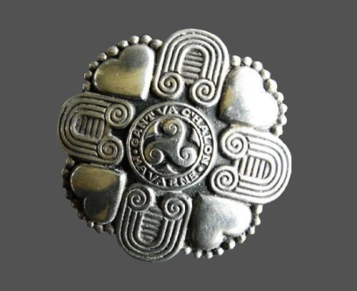 'Gant va C'halon ha va Ene' signed (with heart and soul) round shaped Celtic design brooch. 4.5 cm