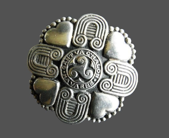 'Gant va C'halon ha va Ene' signed (with heart and soul) round shaped Celtic design brooch. 4.5 cm