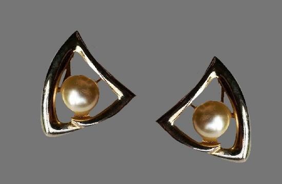 Geometric design gold tone faux pearl earrings. 1980s