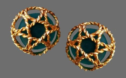Glass cabochon inside rope net clip on earrings. Gold plated alloy, 3 cm. 1980s