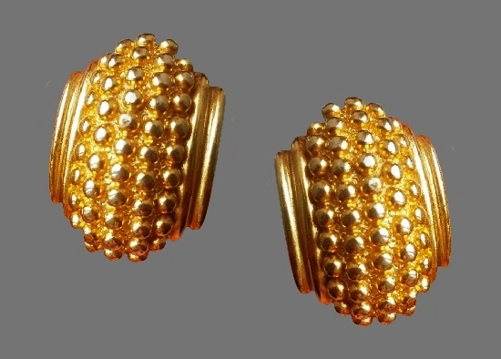 Gold tone textured metal clip on earrings. 3 cm. 1980s