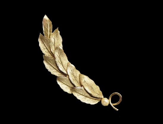 Leaf brooch. Metal alloy, gold plated, faux pearl. 1960s