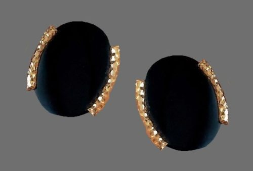 Oval shaped gold tone metal lucite clip on earrings. 4 cm. 1980s