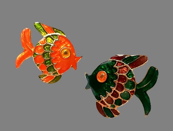 Paired fish brooch. Gold tone alloy, enamel. 2.2 cm. 1990s