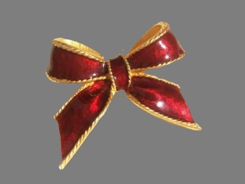 Red bow vintage brooch. Gold tone metal alloy, enamel. 5 cm. 1990s