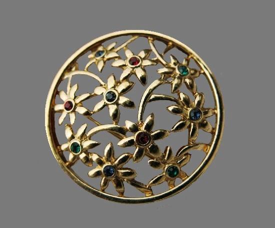 Round floral pattern open work vintage brooch. Gold tone metal alloy, rhinestones. 4 cm. 1980s