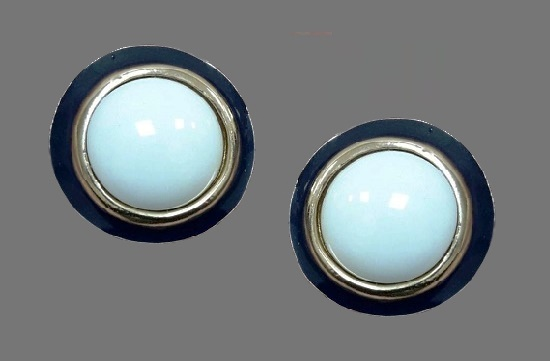 Round shaped clip on earrings. Gold tone metal, lucite, enamel. 3 cm. 1980s