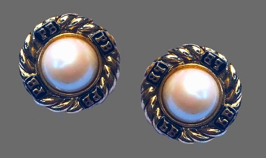 Round shaped gold tone faux pearl earrings. 1980s