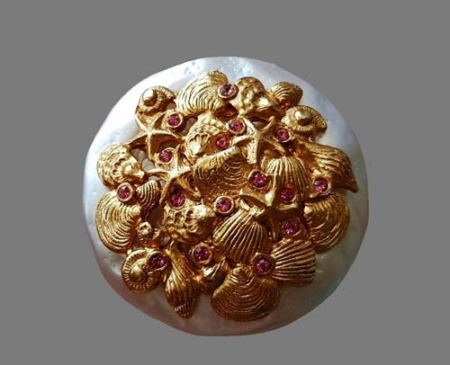 Round shaped shell design brooch. Gold plated metal alloy, faux baroque pearl, Swarovski crystals. 4 cm. 1990s