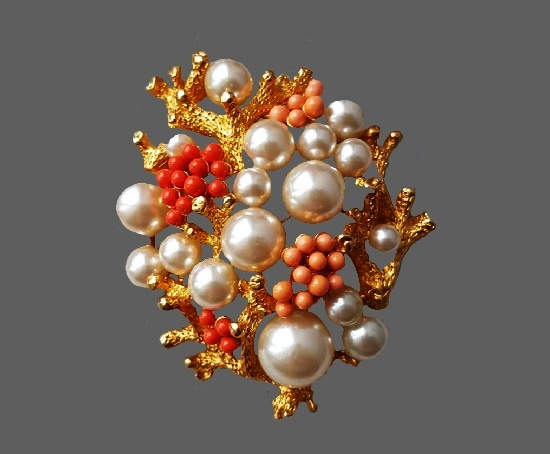 Sea treasure vintage brooch. Jewelry alloy, faux corals and pearls. 6 cm. 1980s