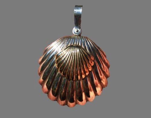 Shell pendant. 14 K gold, silver