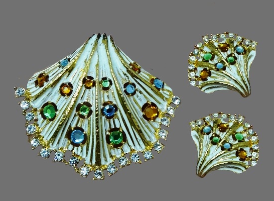 Shell shaped brooch and clip on earrings. Gold tone alloy, Swarovski crystals, enamel. brooch 5.5 cm, clips 3.2 cm. 1990s