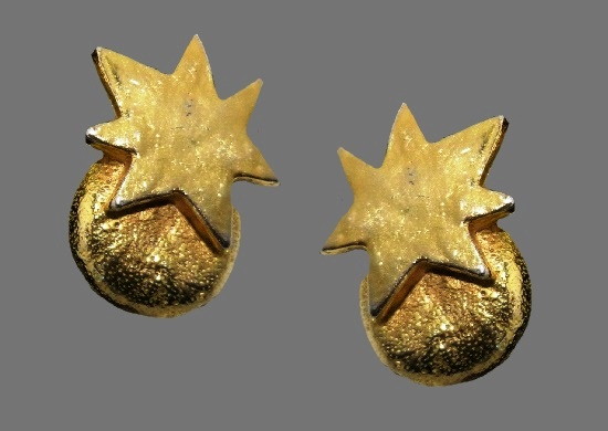 Star clip on earrings of gold tone