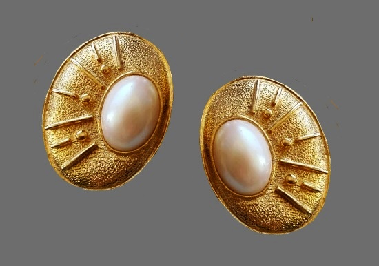 Sun rays oval shaped clip on earrings. Matte gold tone, cabochons. 4 cm. 1980s