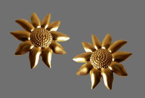 Sunflower earrings of gold tone. 1960s