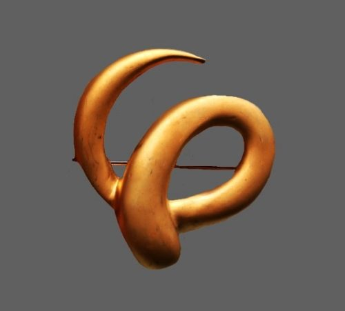 Swirl brooch. Gold tone alloy. 5 cm. 1970s