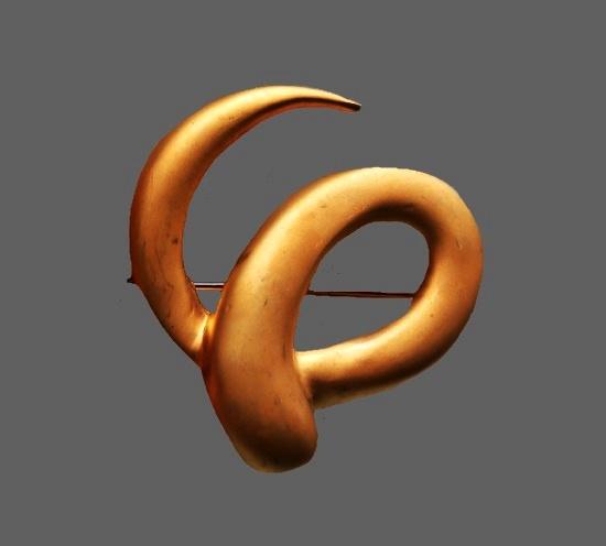 Swirl brooch. Gold tone alloy. 5 cm. 1970s