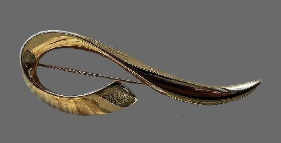 Swirl design gold tone brooch. 9 cm. 1990s