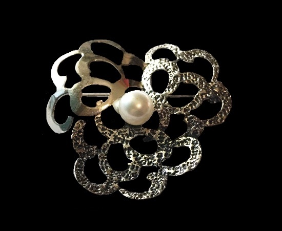 Textured silver cultural pearl brooch